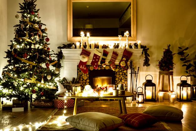 arbol-navidad-decorado-casa_53876-50448.jpg